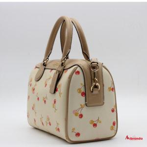 Bolso bandolera con estampado de cerezas, de Coach