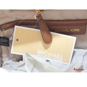 Mochila con tachuelas de Michael Kors, color marrón