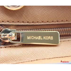 Bolso Satchel SELMA, con logo, color camel, de Michael Kors.