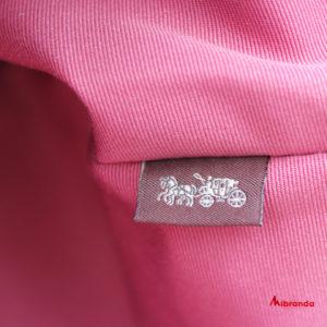 Bolso Tote CITY, con estampado y asas rosadas, de Coach.