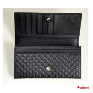 Gucci cartera con solapa GG microguccíssima, piel negra.
