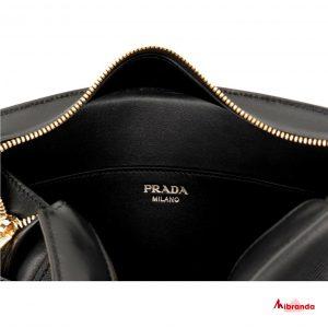 Bolso bandolera negro, de Prada.