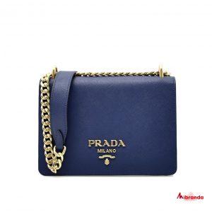 Bolso de hombro con solapa azul, de Prada