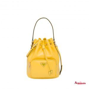Bolso bucket amarillo, de Prada