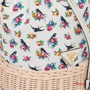 Bolso bucket en lona estampada, de Prada