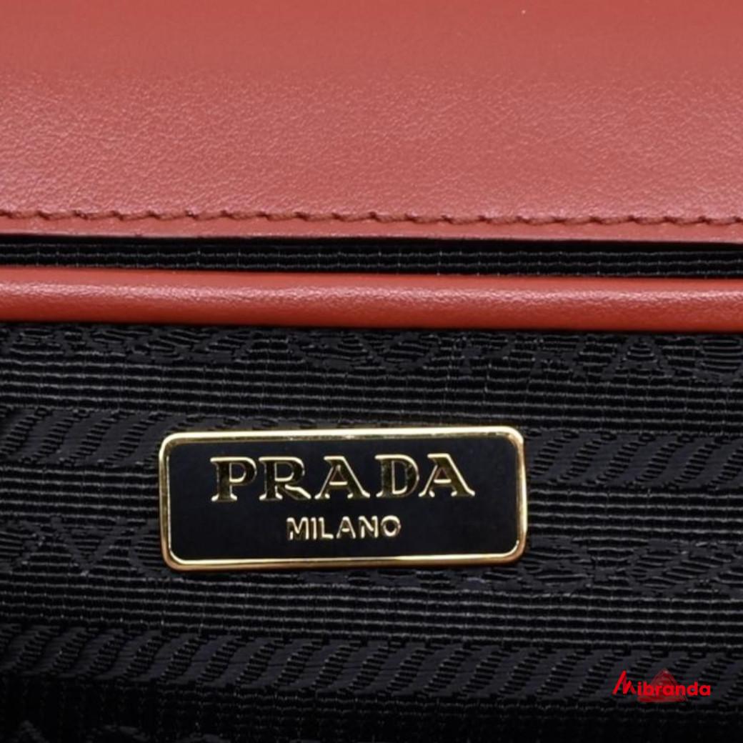 Bolso de hombro con solapa rojo, de Prada
