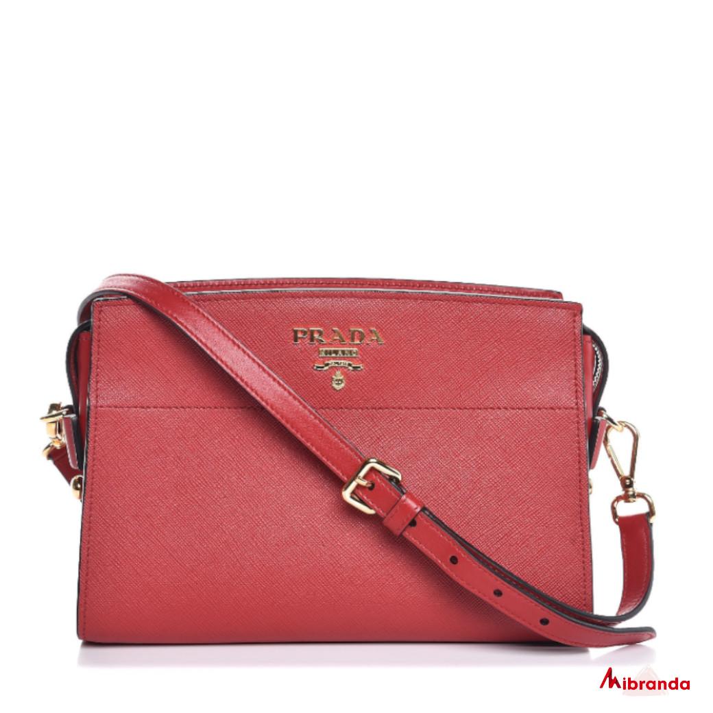 Bolso bandolera rojo, de Prada.