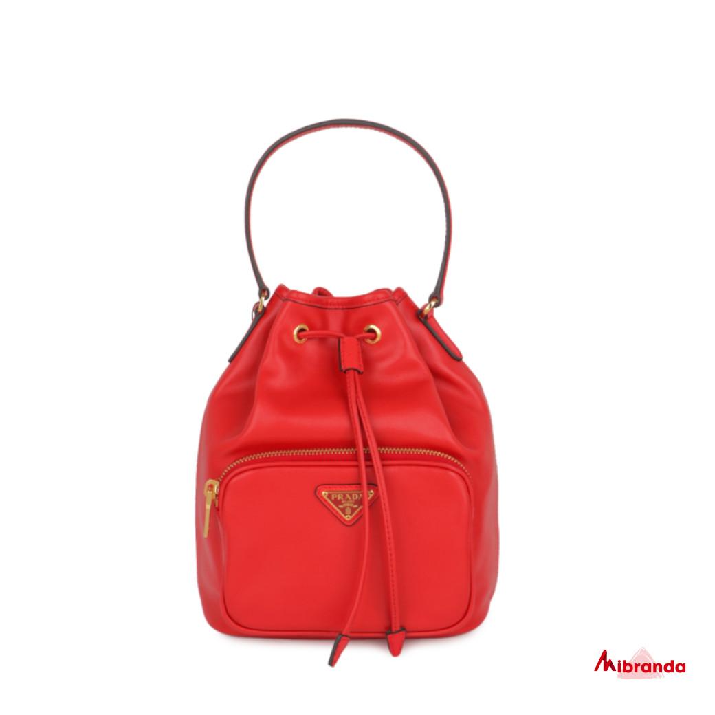 Bolso bucket rojo, de Prada