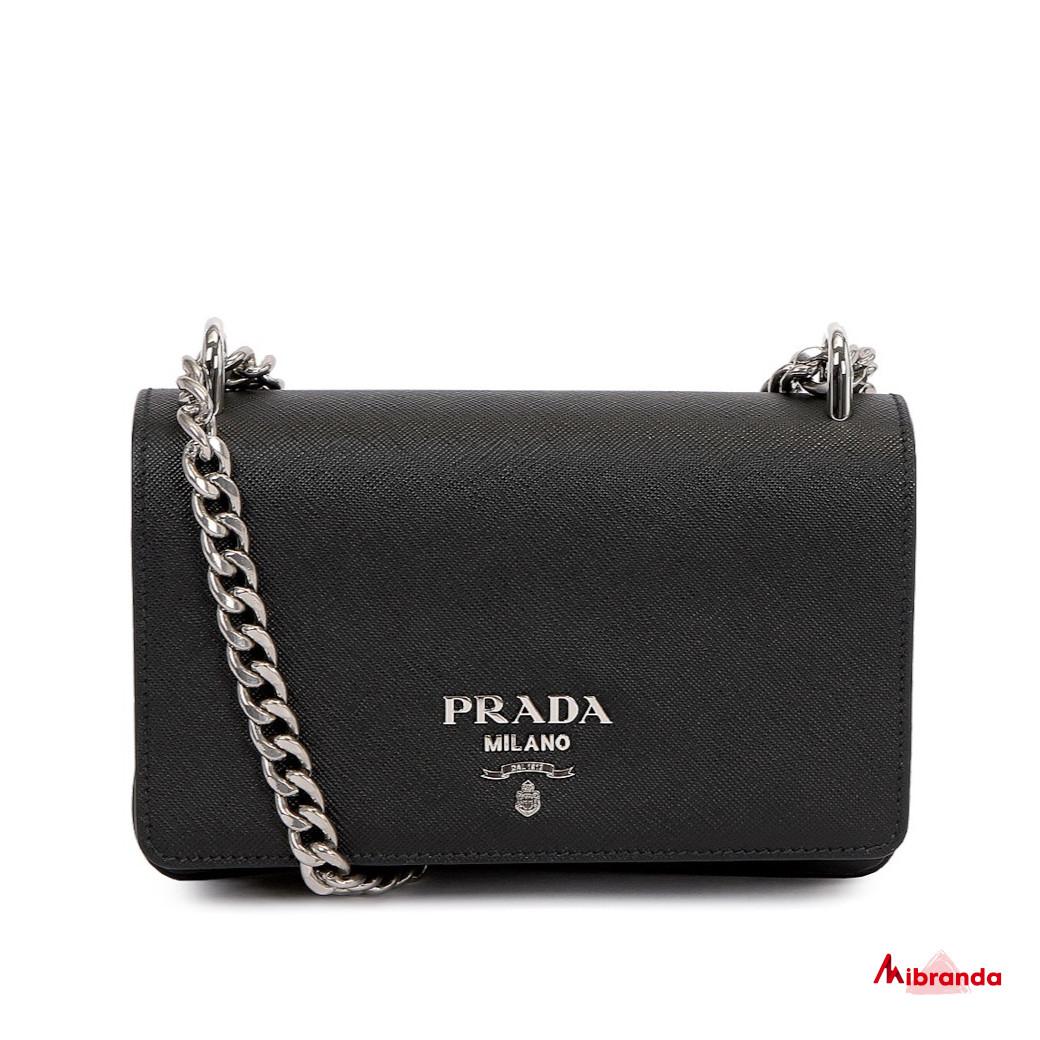 Bolso de hombro con solapa negro, de Prada