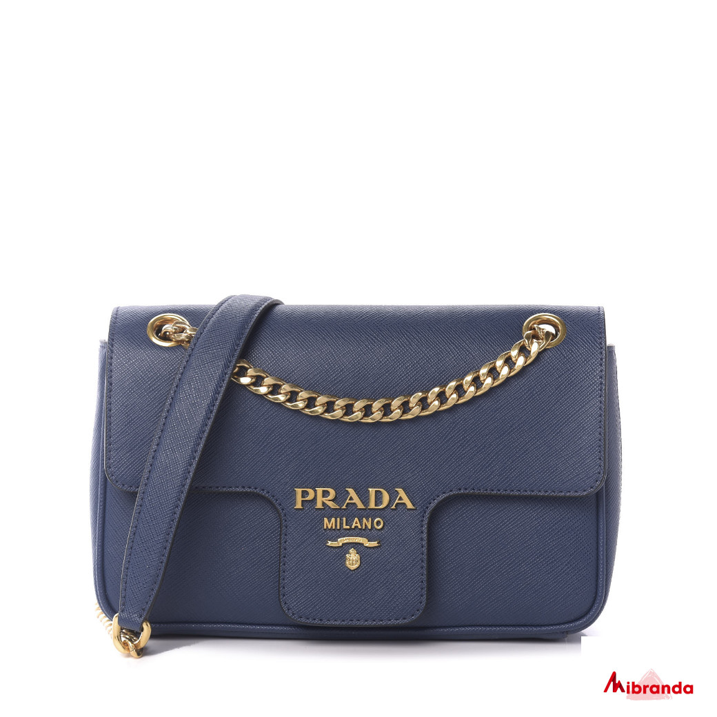 Bolso de hombro azul con solapa, de Prada.