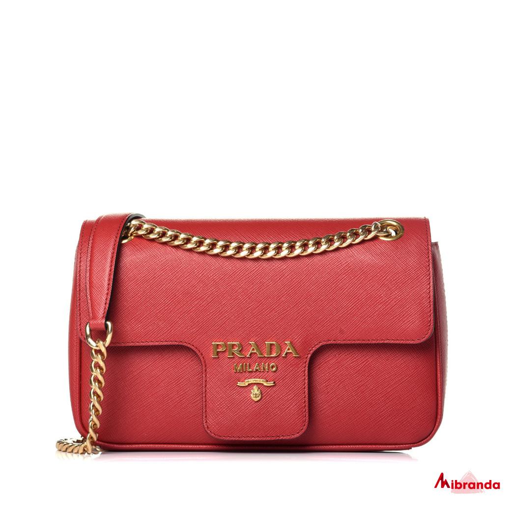 Bolso de hombro rojo con solapa, de Prada.