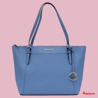Colores suaves para esta primavera, qué os parece este bolso azul de Michael Kors? 👉www.mibranda.es #michaelkorsbag  #bolsosdemarcaoriginales  #bolsosdemoda  #michaelkors #moda #fashion #comprasonline